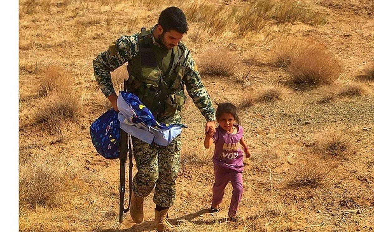 فرار دخترک افغان از طالبان / عکس پر از انسانیت یک سرباز ارتش جهانی شد