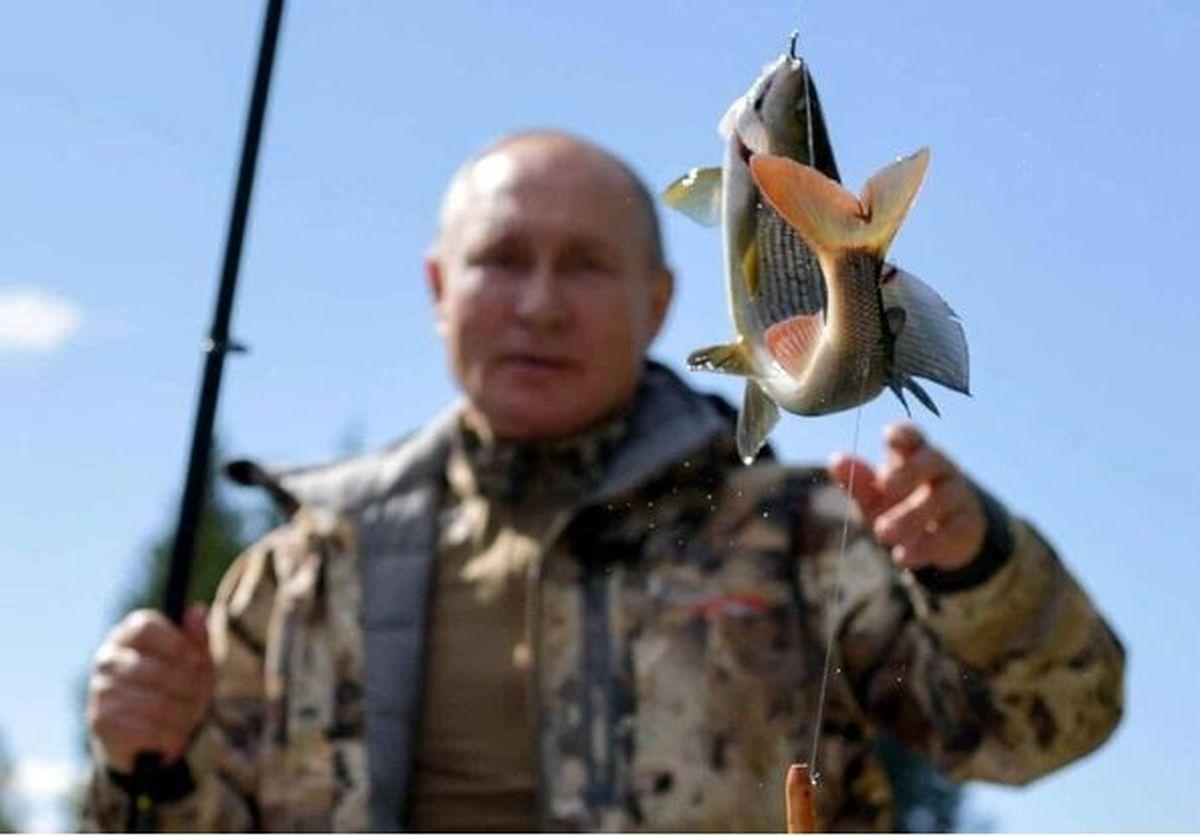 عکس عجیب رئیس جمهور در حال ماهیگیری!