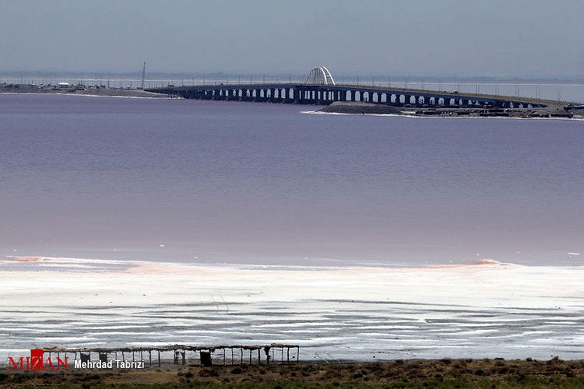 دریاچه ارومیه سرخ شد + عکس